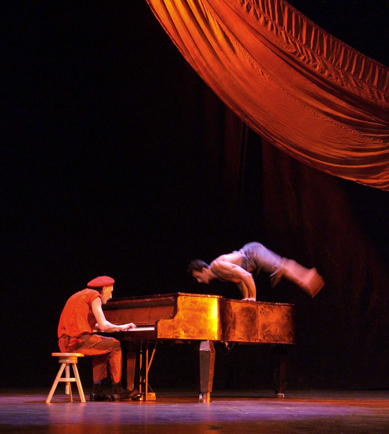 "04.Photo du spectacle - ""Récréation"" Jacques Peeters, Cirque Plume 2002"
